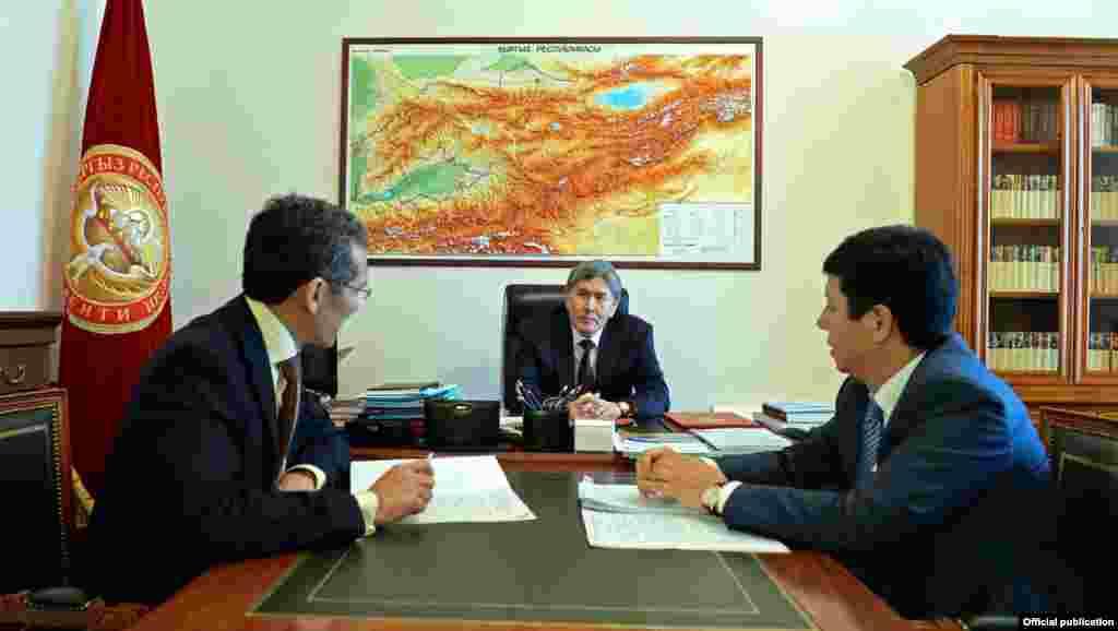 Президент Алмазбек Атамбаев, премьер-министр Джоомарт Оторбаев и министр экономики Темир Сариев