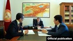 Жоомарт Оторбаев, Алмазбек Атамбаев жана Темир Сариев