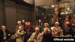 Regizorul Lucian Giurchescu în mijlocul actorilor de la Teatru de Comedie