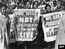 Демонстрація перед судом у Преторії, який 12 червня 1964 року засудив Нельсона Манделу і ще кількох діячів до довічного ув'язнення