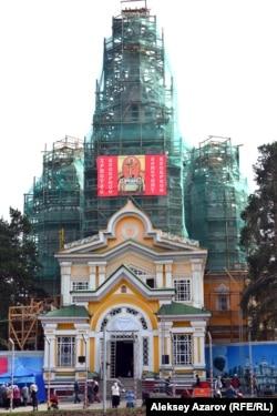 Массовому празднованию Пасхи два года назад не помешала даже реконструкция Свято-Вознесенского кафедрального собора, когда большая часть храма была в лесах и даже снимали купола. COVID-19 оказался сильнее, раз не позволил проводить службы в присутствии прихожан. Казахстан, Алматы, 7 апреля 2018 года.