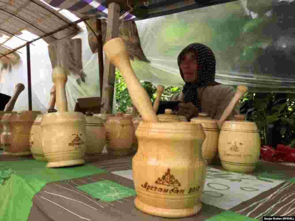 Арсланбобцы изготавливают из дерева различные бытовые предметы.