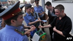 Russia -- Police officer exchange cigarets for sweets on during World No Tobacco Day at Yaroslavsky railway station in Moscow, 31May2012
