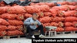 Торговец на рынке «Сары-Озон» в Бишкеке. 11 октября 2018 года.