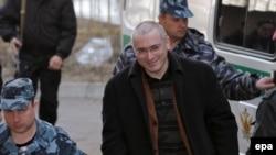 Михаил Ходорковский призвал Владимира Путина явиться в Хамовнический суд добровольно.