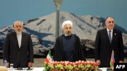 Իրանի նախագահ Հասան Ռոհանին, արտգործնախարար Ջավադ Զարիֆը և Ադրբեջանի արտգործնախարար Էլմար Մամեդյարովը ՏՀԿ հանդիպման բացման ժամանակ, Թեհրան, 26-ը նոյեմբերի, 2013թ․