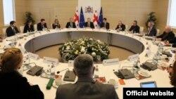 Сегодня вице-премьер Каха Каладзе, отвечая на вопросы журналистов, подтвердил, что власти действительно обсуждают вопрос оптимизации правительства