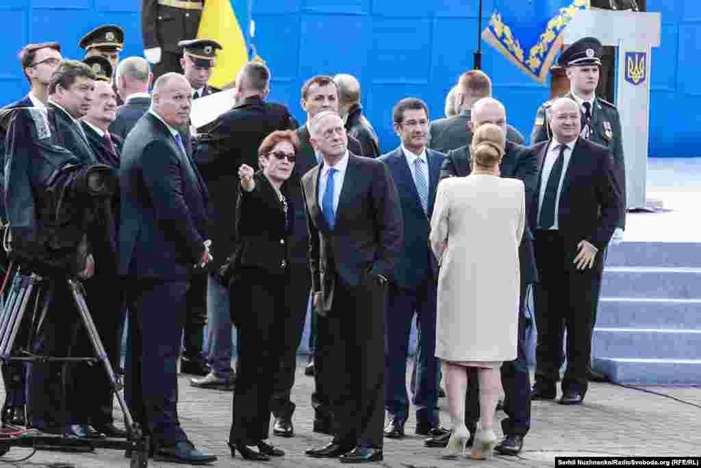 Посол США в Україні Марі Йованович і міністр оборони США Джеймс Маттіс перед початком військового параду до Дня Незалежності України