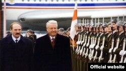 Аляксандар Лукашэнка (зьлева) і Барыс Ельцын, архіўнае фота