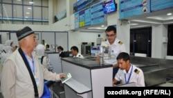 Узбекские паломники в аэропорту Самарканда. Архивное фото.
