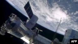 Космический корабль Dragon во время пристыковки к МКС. 20 апреля 2014 года.