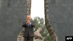 Президент Н. Назарбаев Семейдегі ядролық жарылыстарға орнатылған монумент алдында.18 маусым, 2009 жыл.