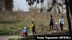 Женщины с детьми на прогулке. Алматинская область, 5 апреля 2013 года.