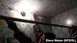 Житель поселка Шахан Олег Осипов показывает трещины в квартире, которая расположена в многоэтажном доме. Карагандинская область, 10 января 2017 года.