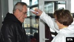 Здравен работник измерва температурата на пътуващ на ГКПП Капитан Андреево на 25 Февруари 2020