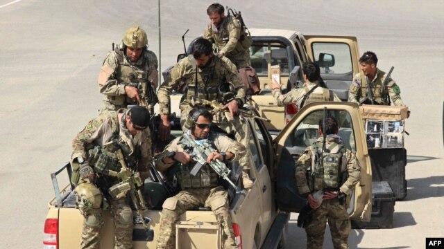 افغان سربازان د کندز پر لور روان