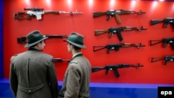 Посетители оружейной выставки смотрят на автоматы «калашников». Москва, 10 октября 2013 года. Иллюстративное фото.