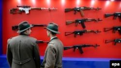 Автоматы Калашникова на выставке оружия в Москве.