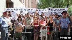 Օտարալեզու դպրոցների բացում ենթադրող օրինագծի դեմ բողոքի ցույց Կառավարության նիստերի դահլիճի մուտքի մոտ: 24-ը հունիսի, 2010թ.