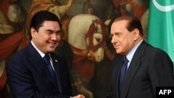 Türkmenistanyň prezidenti Gurbanguly Berdimuhamedow (çepde) Italiýanyň premýer-ministri Silwio Berluskoni bilen duşuşýar, 25-nji noýabr, 2009-njy ýyl.