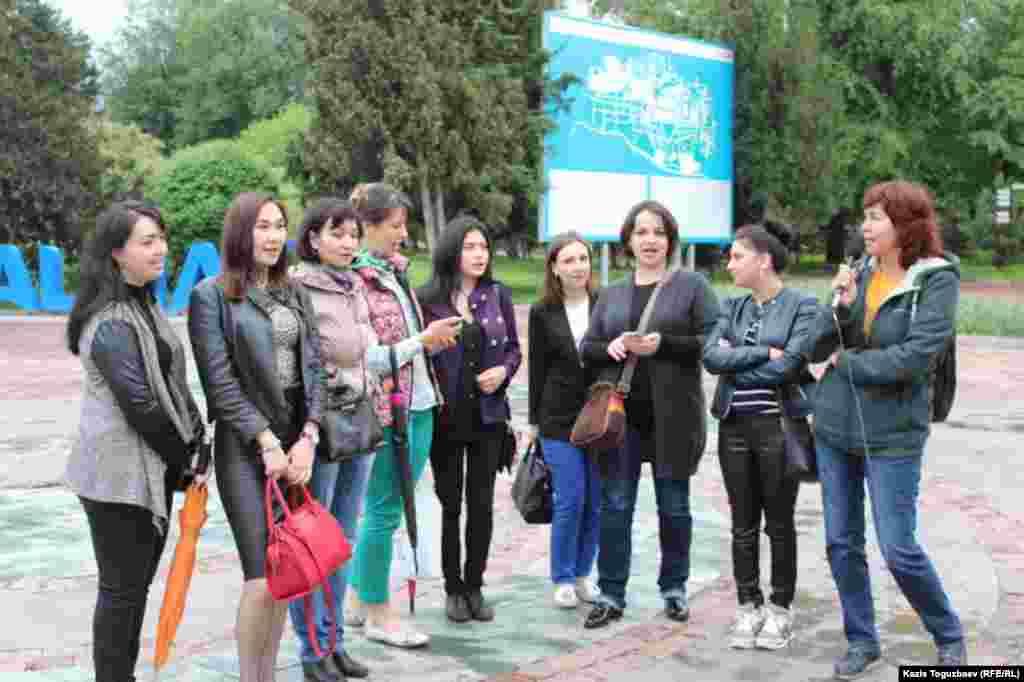Представители диаспоры крымских татар в Центральном парке отдыха в Алматы хором исполняют песню «Гузель Къырым» («Прекрасный Крым»), наполненную тоской депортированного народа по родине.