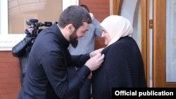 Глава парламента Чечни Магомед Даудов вручает награду матери Рамзана Кадырова (архивное фото)
