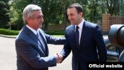 Президент Армении Серж Саргсян (слева) приветствует премьер-министра Грузии Ираклия Гарибашвили (справа), Ереван, 22 августа 2014 г.