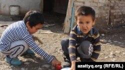 Дети Дильбар Куттыбай играют во дворе. Шымкент, 31 октября 2016 года.
