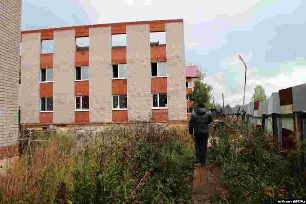 Стройка остановилась. Представители власти, к которым неоднократно обращались жильцы, только разводили руками.