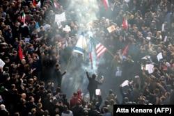 Іранці підпалили прапор США та Ізраїлю під час похоронної процесії в пам'ять про загиблого військового генерала Касема Солеймані в Тегерані 6 січня