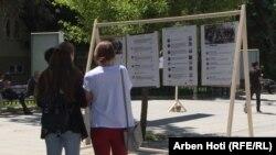 Qytetarët duke vizituar ekspozitën e organizuar nga LGBTI