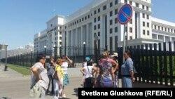 """""""Махаббат"""" тұрғындары наразылық акциясына шығып тұр. Астана, 16 шілде 2015 жыл."""