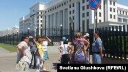 """""""Махаббат"""" тұрғын үй кешені тұрғындары бас прокуратура алдында тұр. Астана, 16 шілде 2015 жыл."""