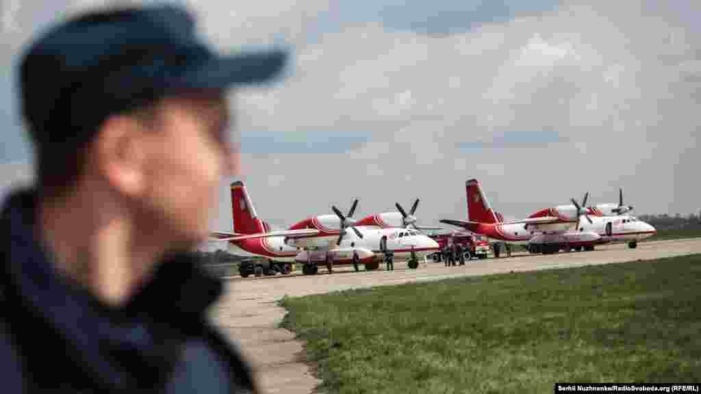 Літак АН-32П під час навчаньДСНС Українина базі аеродрому «Ніжин».Екіпаж: 3-4 особи, пасажиромісткість – 30 пожежників-парашутистів