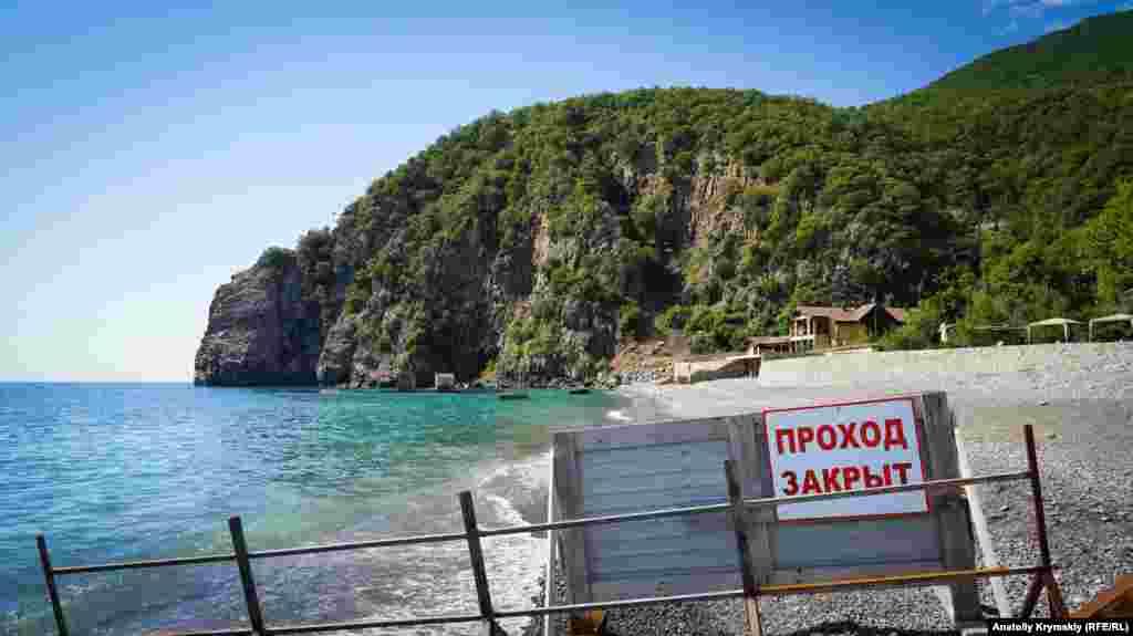 Решті відпочивалків плавання, перебування на пляжі біля елітної «хонки» заборонено