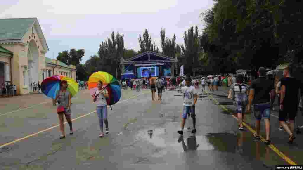 Сцену змонтували до середини дня, але через дощ в місці проведення концерту було порожньо
