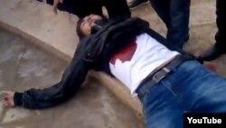 16 желтоқсанда көтеріліс алаңында қазатапқан адам. Жаңаөзен, 16 желтоқсан 2011 жыл. Скриншот Youtube сайтынан алынды.