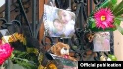 Վրաստան - Վեց ամսական Սերյոժա և երկու տարեկան Հասմիկ Ավետիսյանների լուսանկարները, խաղալիքներ և ծաղիկներ Թբիլիսիի Սուրբ Էջմիածին հայկական եկեղեցու պատին, 21-ը հունվարի, 2015թ․