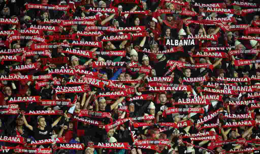 Alban janköýerleri Elbasanda Serbiýa bilen Albaniýanyň futbol komandalarynyň bäsleşiginden öň, öz oýunçylaryna goldaw bildirýärler. 8-nji oktýabrda bolan ýaryşda Serbiýa 2-0 hasabynda utdy. (AFP/Gent Shkullaku)