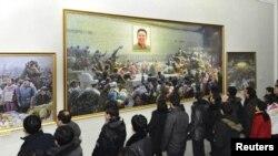 Në Phenian, njerëzit e shikojnë një ekspozitë për nder të njëvjetorit të vdekjes së ish liderit Kim Jon Ill