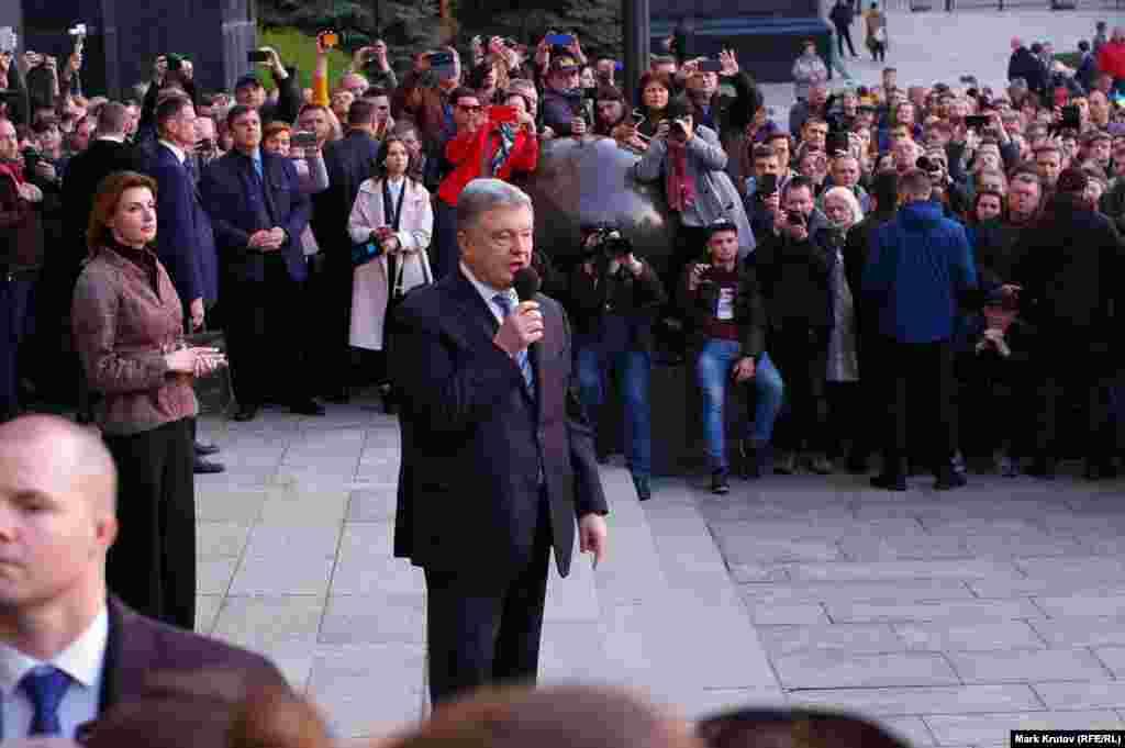 Петр Порошенко поблагодарил своих сторонников за поддержку на выборах и пообещал, что его партия победит на выборах в парламент осенью 2019 года, а сам он вернется на Банковую в качестве президента страны.