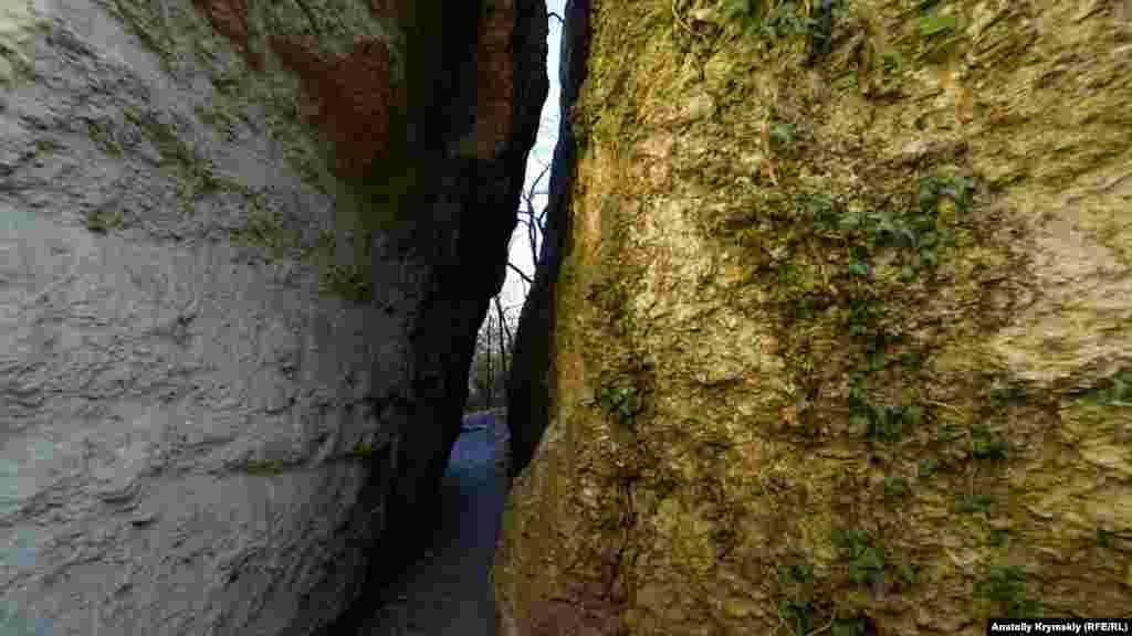 Вузька ущелина між Аскерами