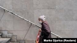 Žena sa zaštitnom maskom na ulicama Beograda