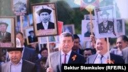 Президент Сооронбай Жээнбеков на шествии «Бессмертного полка» в Бишкеке. 9 мая 2018 года.
