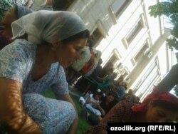 Очередь людей перед зданием филиала банка Ипак йули в городе Андижане.