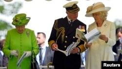 Принц Чарльз і його дружина Камілла справа від королеви Єлизавети ІІ