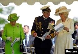 Елизавета II, принц Чарльз и его вторая жена Камилла