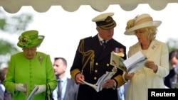 Принц Чарльз и его супруга Камилла справа от королевы Елизаветы II
