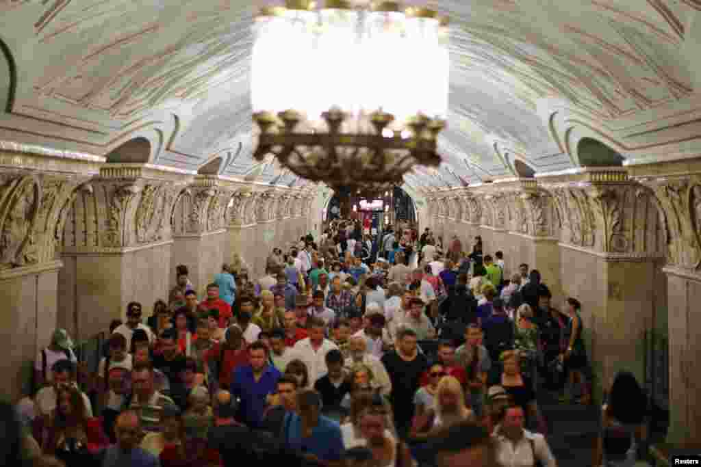 Crowds at the Prospekt Mira station