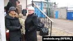 Жонка Бяляцкага Натальля і сястра Вольга прыехалі на першае спатканьне з Алесем у Бабруйскую калёнію
